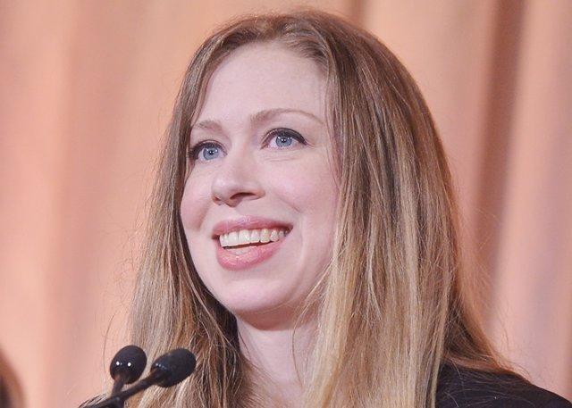 Chelsea Clinton dando conferencia