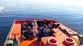 Llegan al puerto de Almería los 32 rescatados de una patera cerca de la isla de Alborán