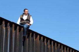 """Un diputado mexicano escala la valla en la frontera de EEUU para demostrar a Trump """"lo absurdo"""" de su plan"""