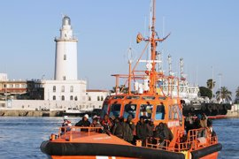 Trasladadas al hospital dos personas rescatadas este jueves en una patera a 30 millas de Marbella