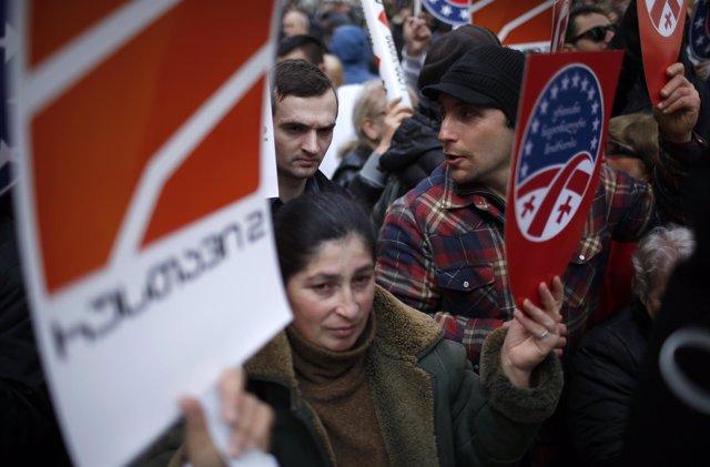 Georgianos a las puertas del Tribunal Supremo en apoyo de la cadena Rustavi2
