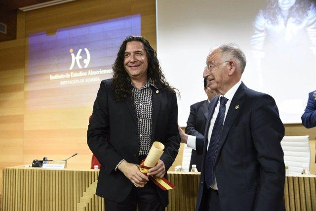 El guitarrista 'Tomatito' con su Escudo de Oro y nombramiento de honor del IEA.