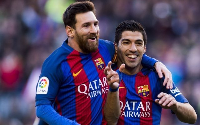 Luis Suárez y Lionel Messi se abrazan tras un gol