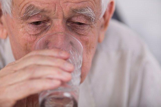 Señor mayor, hidratación
