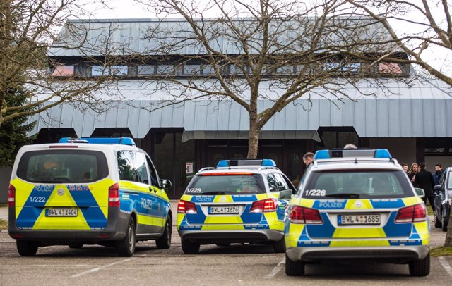 Coches de policía frente al ayuntamiento de la ciudad de Gaggenau, en Alemania