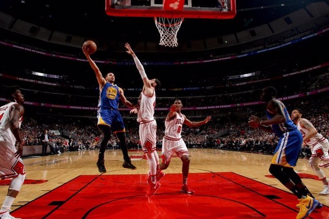 Mirotic intenta taponar a Curry