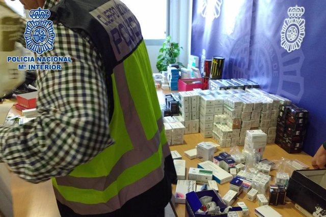Un agente manipula las sustancias intervenidas