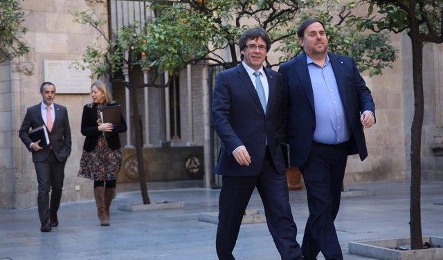 En primer plano, C.Puigdemont y O.Junqueras