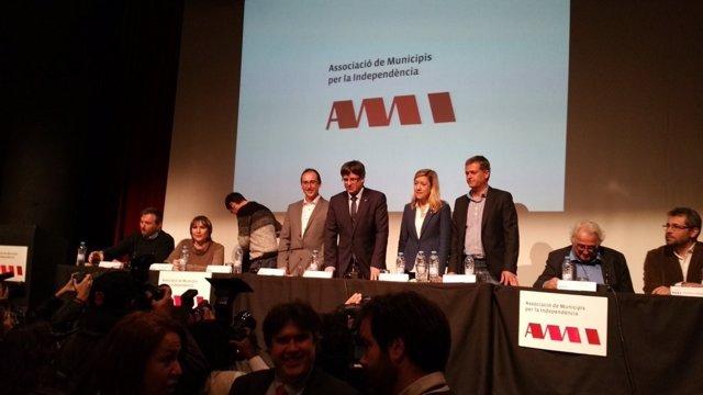 Núria Lloveras (AMI), pte.Carles Puigdemont, en la asamblea general de la AMI