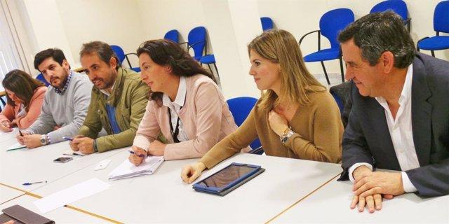 La secretaria general del PP-A, Loles López, en el centro de la imagen