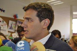"""Albert Rivera dice que """"jurídicamente"""" no se puede apartar a los imputados por corrupción"""
