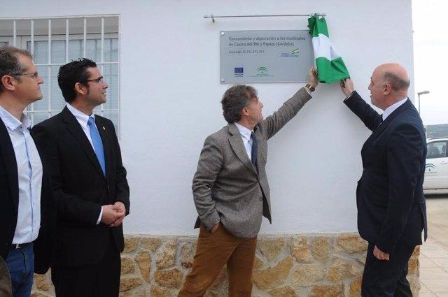 Ruiz (izda.) y Fiscal (centro), durante la inauguración de la nueva EDAR