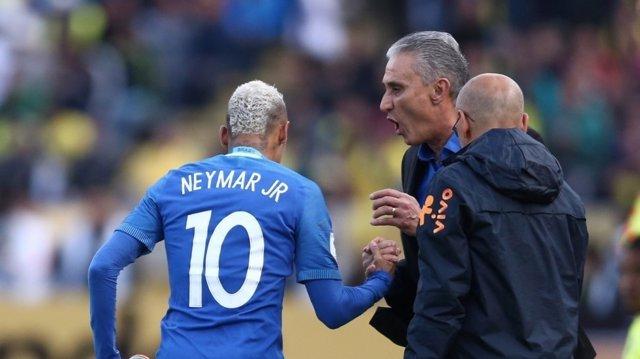 Tite felicita a Neymar en Brasil