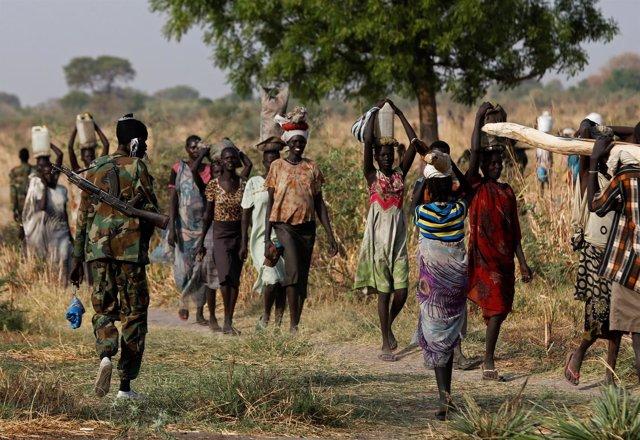 Soldado sursudanés junto a mujeres desplazadas