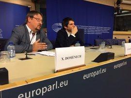Un vicepresidente del Europarlamento firma el Pacte pel Referèndum tras reunirse con Domènech