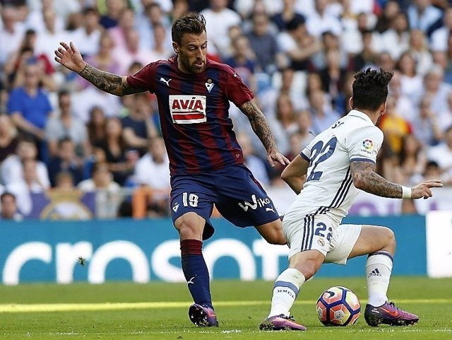 Sergi Enrich intenta regatear a Isco en un Real Madrid-Eibar
