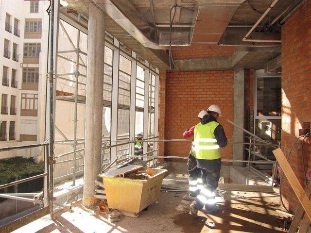 Obreros obras trabajos viviendas edificio albañil cemento