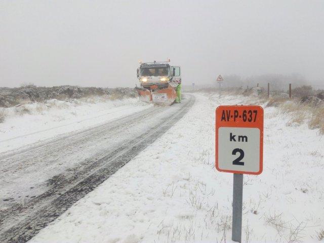 Avila.- Un quinta nieve despeja una carretera