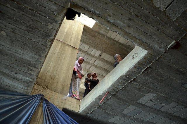 Desplazados internos en un edificio abandonado