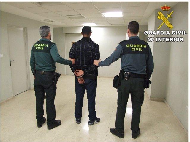 Los policías encontraron al presunto agresor en actitud vigilante