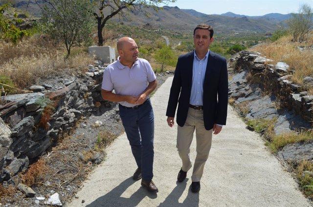 Javier Aureliano García ha visitado la actuación en una carretera de Senés.