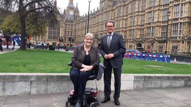 La baronesa Sal Brinton y el expresidente Artur Mas en Londres