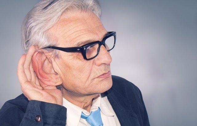 Hombre mayor con sordera