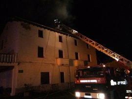 Un incendio causa importantes daños en el tejado de una casa en Baríndano