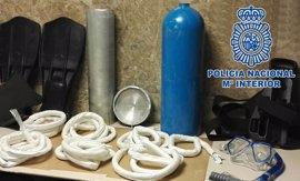 Detenido un hombre de 69 años que pretendía introducir 3,6 kilos de coca ocultos en una botella de buceo