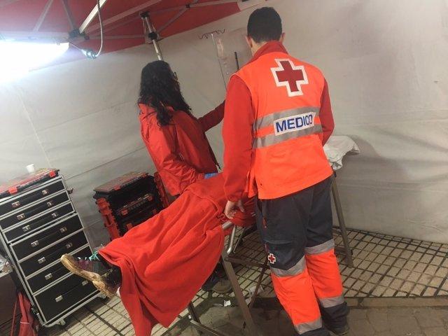 Voluntarios de Cruz Roja atienden a una persona en Olivenza