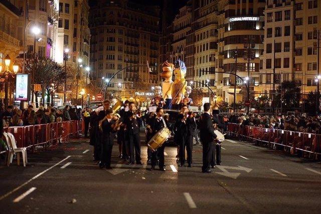 Los ninots de la falla municipal entrando a la plaza del Ayuntamiento