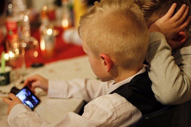 Niños usando un móvil