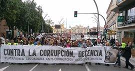"""Miles de personas claman en Murcia """"contra la corrupción"""" y exigen la dimisión de Pedro Antonio Sánchez"""