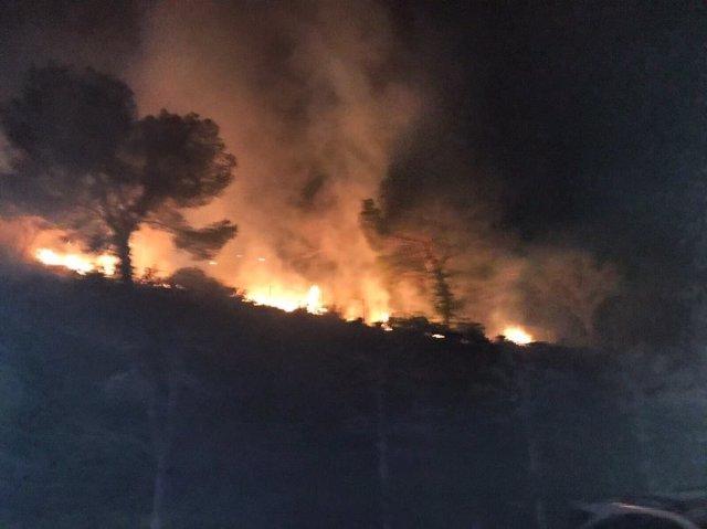 La extinción del fuego necesitó un gran despligue por la cercanía a Cullera