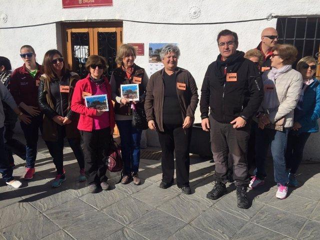 Asistentes a la VI Marcha 'Caminando contra el cáncer' en Órgiva (Granada)