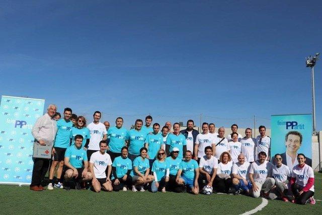 Gabriel Company presenta su eslogan #FeimPPartit jugando al fútbol