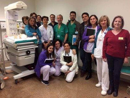 Médicos y enfermeros aprenden simulación clínica en La Fe de València con robots que hacen de bebés
