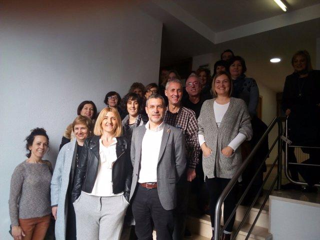 Miguel Laparra, con los trabajadores del centro de Servicios Sociales de Tudela,