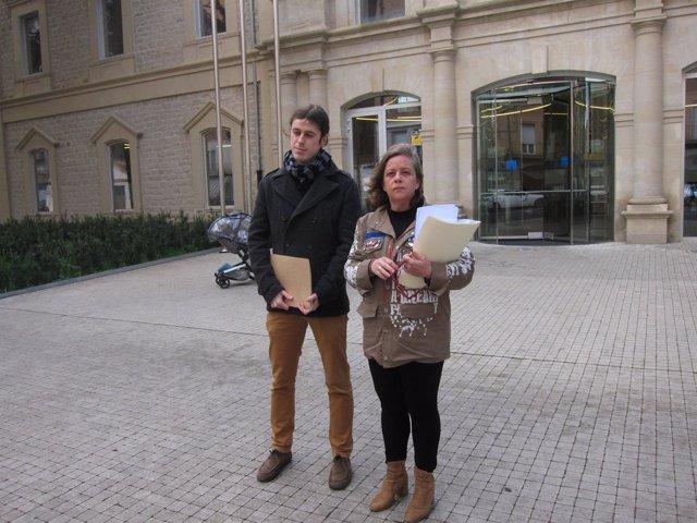 Peña y Moreno, ante el Palacio de Justicia, antes de presentar la denuncia