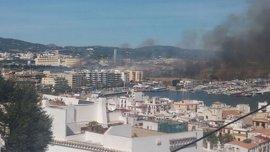 Un incendio de grandes dimensiones calcina Ses Feixes de Ibiza