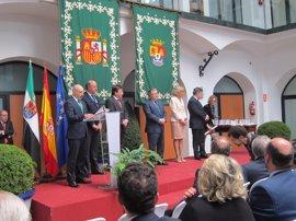 Guillermo Fernández Vara y Juan Ignacio Zoido coinciden en reivindicar el papel de la política