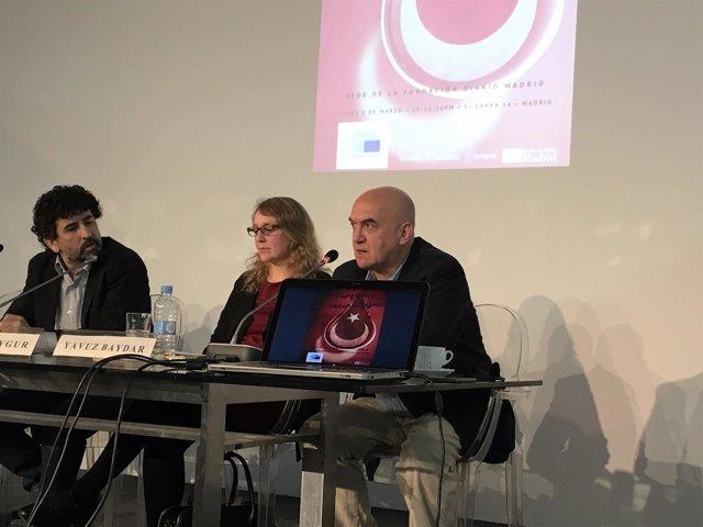 El periodista turco Yavuz Baydar, acompañado de la analista Ilker Toygur