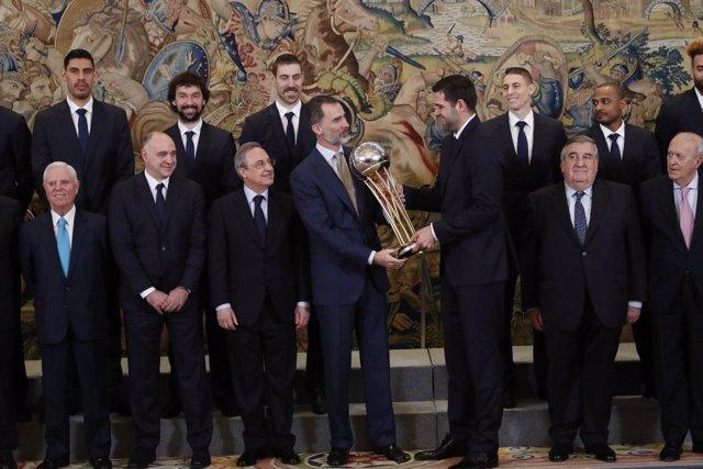 Felipe Reyes entrega a Felipe VI una réplica del trofeo