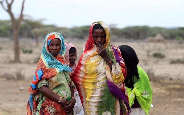 Un grupo de mujeres espera para recibir asistencia alimentaria en Etiopía.