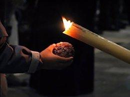 Cirio de un nazareno creando una bola de cera en Semana Santa
