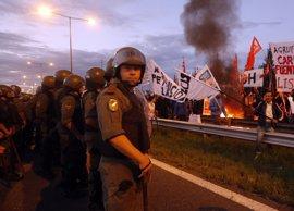 Miles de maestros protestan en Argentina en medio de una huelga