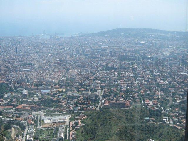 Vista De Barcelona Desde Collserola. Contaminación.