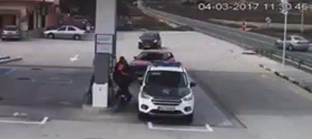 El conductor del coche plateado de la derecha, investigado por la Guardia Civil