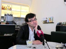 El escritor Javier Cercas presenta este martes en Sevilla su novela 'El monarca de las sombras' con el CAL