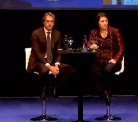 La comisaria de Transporte y el ministro defienden su actuación interpelados por víctimas del Alvia en un acto público